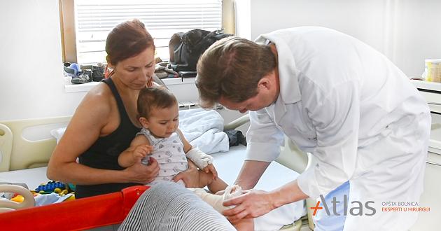 Prof dr Dmitry Popkov sa malim pacijentom -Atlas bolnica